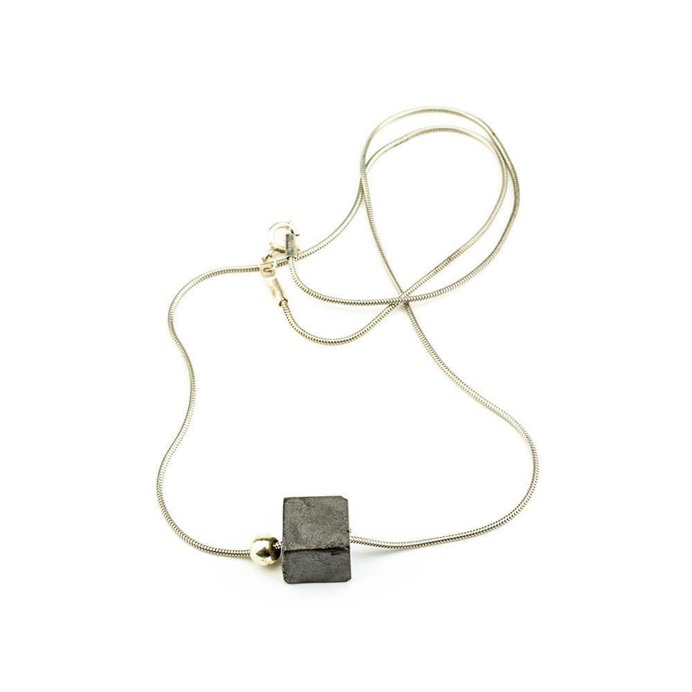 srebrna ogrlica s betonom