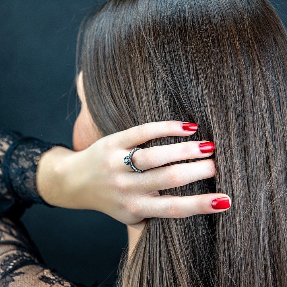 srebrni prsten i sirovi dijamant