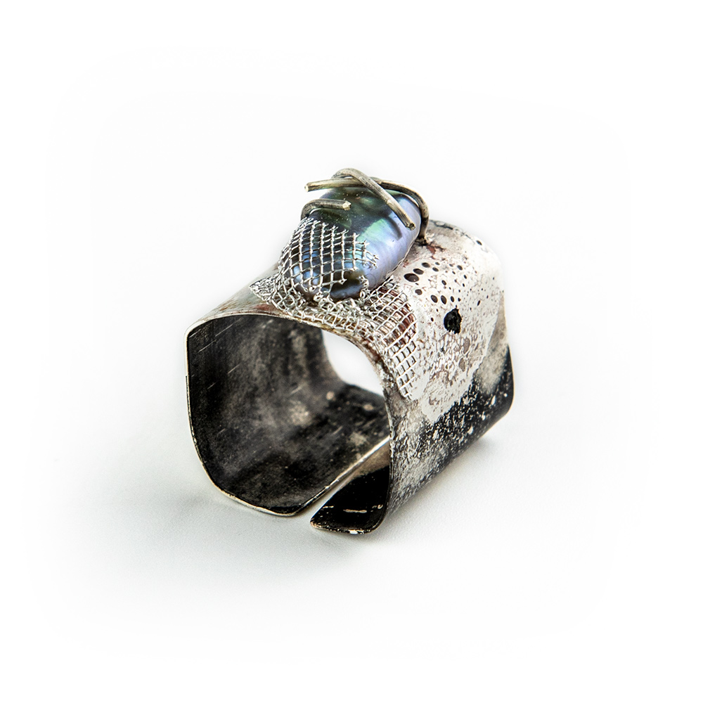 Prsten od srebra s biserom i mrežicom