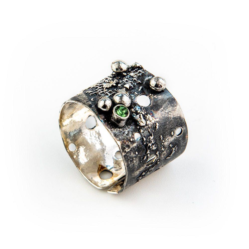 Srebrni prsten s rupama, mrežicom i swarovskim