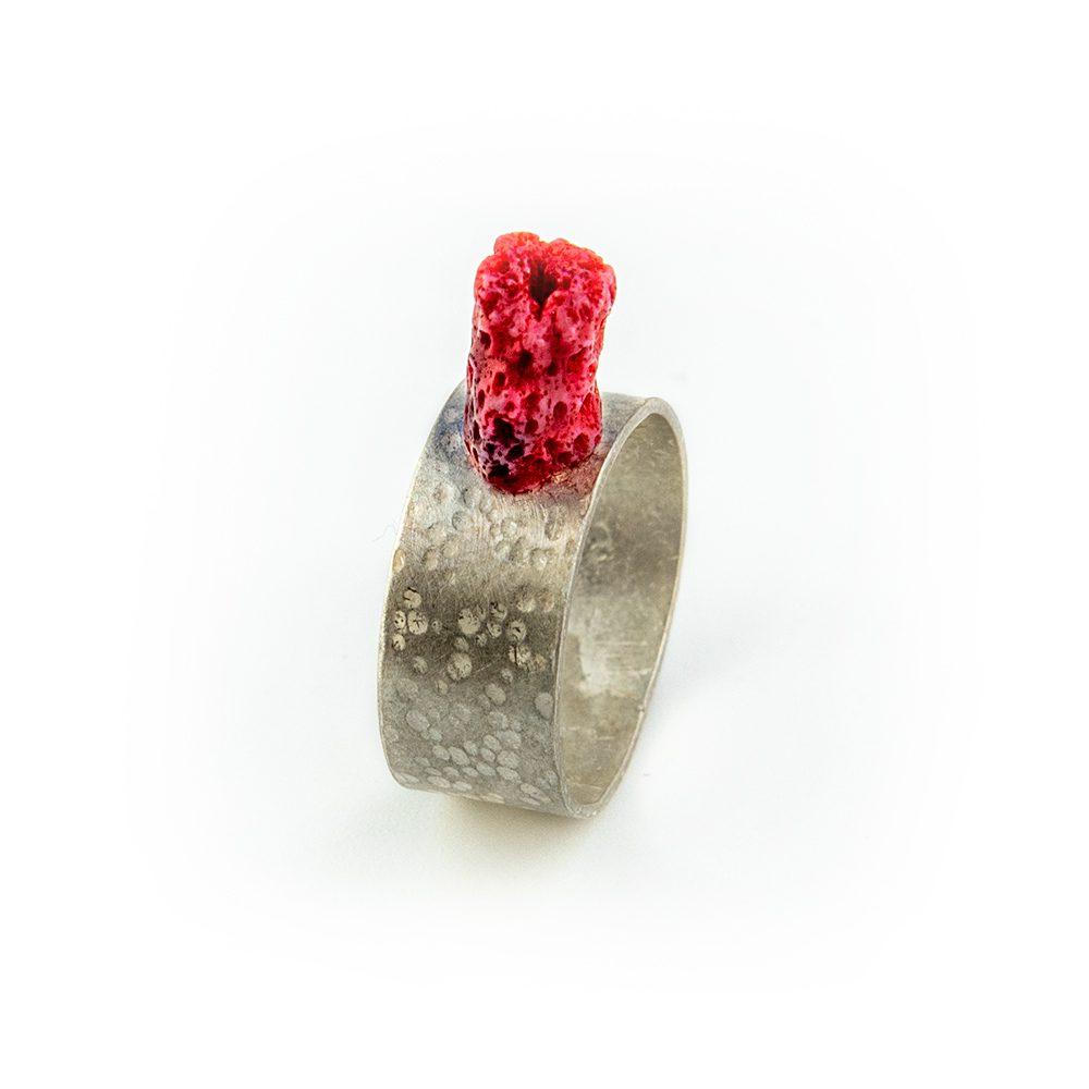 Srebrni prsten s koraljem