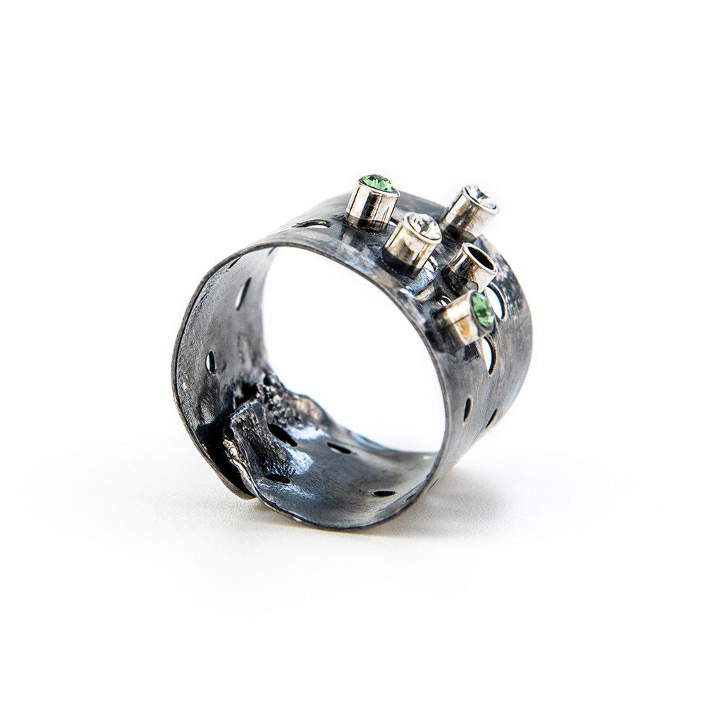 Srebrni prsten s rupicama i swarovskim