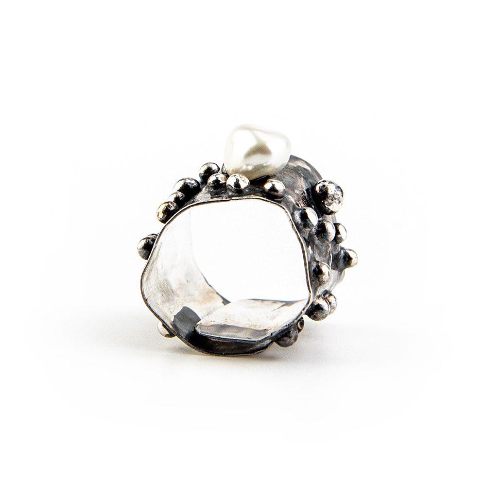 Podesivi srebrni prsten s kuglicama i biserom