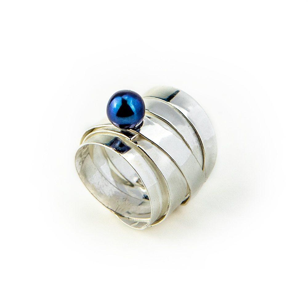 Trakasti prsten s modrim biserom