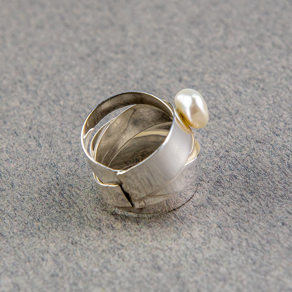 Trakasti srebrni prsten s biserom