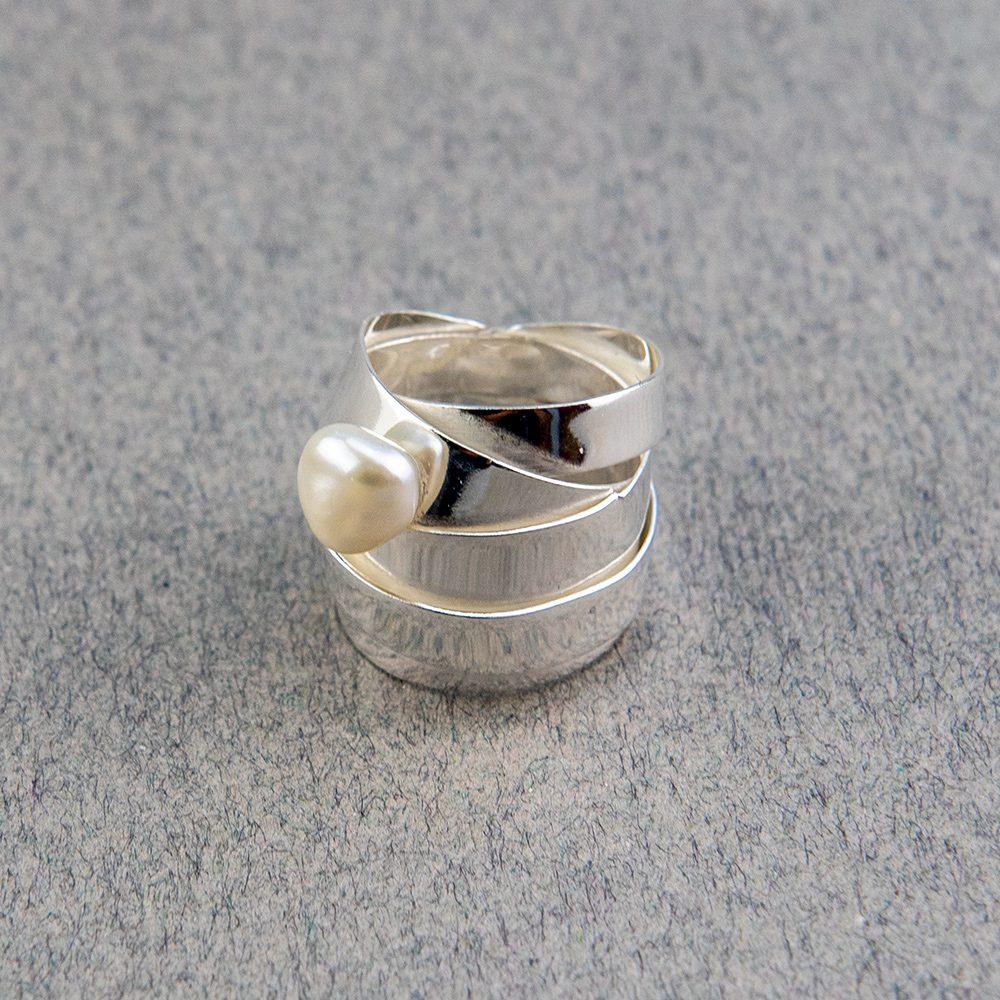 Trakasti srebrni prsten s perlom