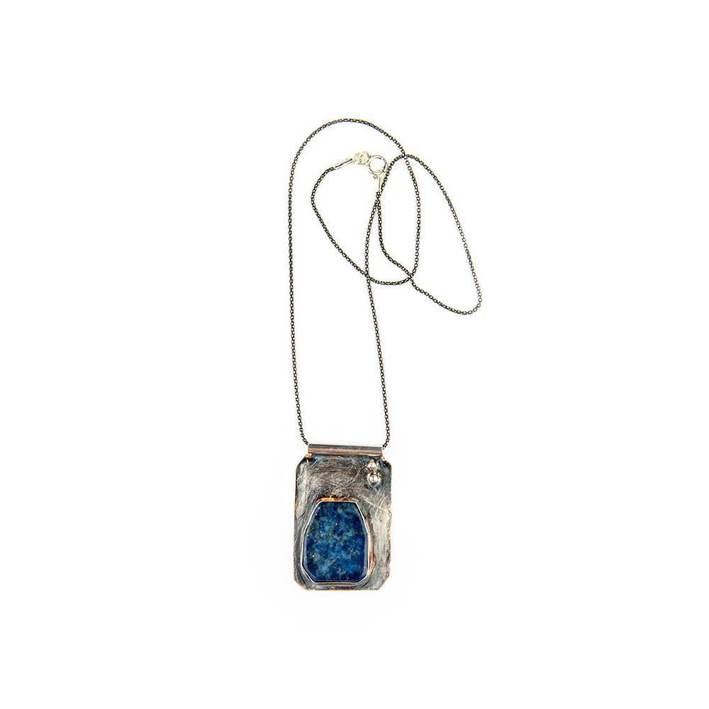Srebrna ogrlica i lapis lazuli kamen