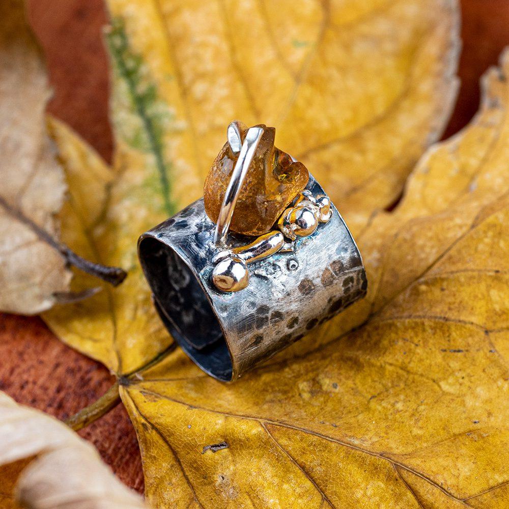 Prsten od srebra s jantarom