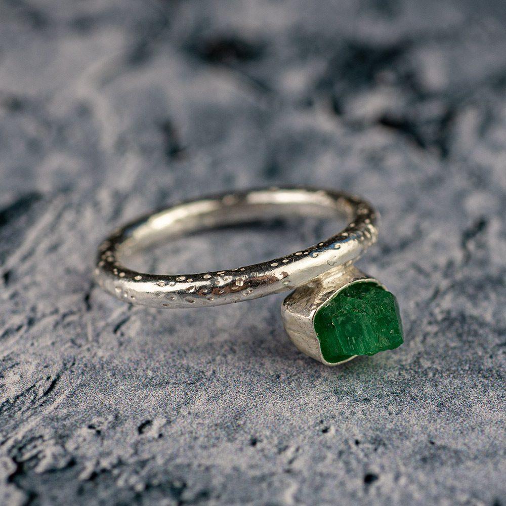 zaručnički prsten sa sirovim smaragdom